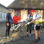 Ved fælles hjælp lappes cyklen
